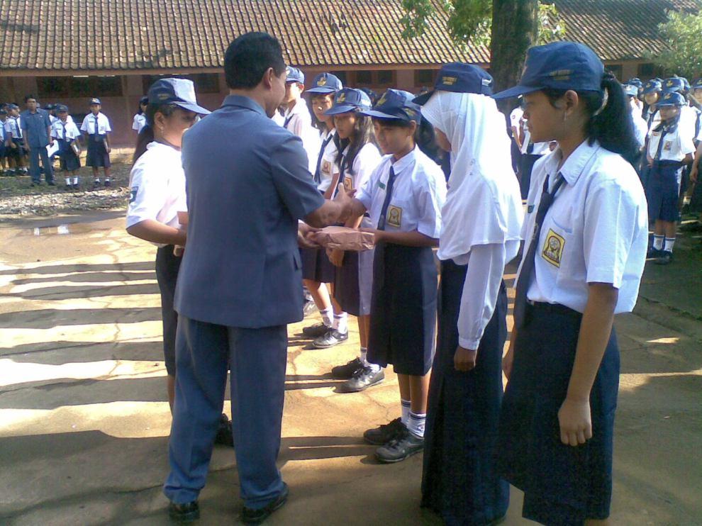 Penyerahan hadiah bagi para siswa/i berprestasi